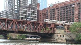 Ansicht von einem Watertaxi bei Chicago River stock footage