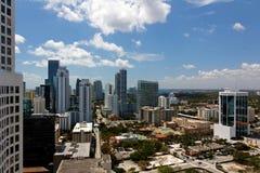 Ansicht von einem Wohnungs-Kontrollturm über Miami Brickell stockfotos