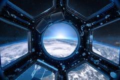 Ansicht von einer Öffnung der Raumstation auf dem Erdhintergrund lizenzfreies stockbild