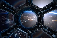 Ansicht von einer Öffnung der Raumstation auf dem Erdhintergrund stockfotografie