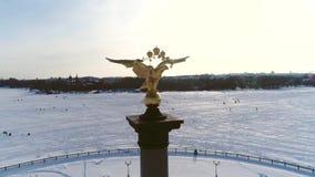 Ansicht von einer Höhe auf dem Stele mit einem Adler zu Ehren des Jahrtausends der Stadt von Yaroslavl Russland, Winter stock video footage
