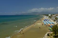 Ansicht von einer H?he Sperlonga mit wei?em Sandstrand und blaues Meer-, Latina Provinz in S?d-Lazio Ferien im Italien stockbilder