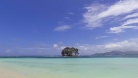 Ansicht von einer kleinen Insel im Ozean vom Ufer, La Digue-Insel, Seychellen stock footage
