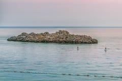 Ansicht von einer kleinen Steininsel mit einem Abendhimmel auf dem Budva Riviera Montenegro, das adriatische Meer, Europa Lizenzfreie Stockfotos