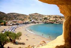 Ansicht von einer Klippe zu griechischem Matala-Strand Sommerferien und Ferien in Griechenland, Kreta stockbild