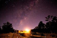 Ansicht von einer Straße zu den Sternen Stockfotografie