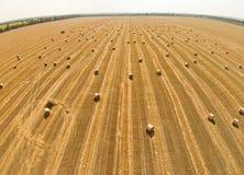 Ansicht von einer Vogel ` s Augenansicht über ein Feld mit Staplungsballen Weizen Stockfotos