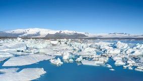 Ansicht von Eisbergen in der Gletscherlagune, Island Stockfotos