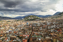 Ansicht von EL Panecillo in Quito, Ecuador, von der Kathedrale Stockfotos