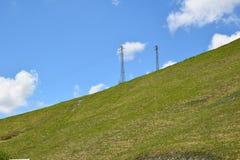 Ansicht von eletric Pfosten im Berg Stockfotos
