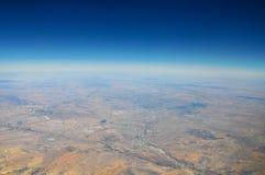 Ansicht von Erde von der Fläche im Himmel stockfotos