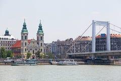 Ansicht von Erzhbet-Brücke und von Damm in Budapest, Ungarn stockfotos
