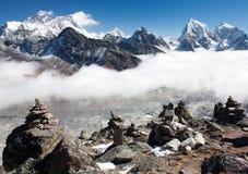 Ansicht von Everest mit Stein bemannt lizenzfreie stockfotografie