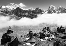 Ansicht von Everest mit Stein bemannt von gokyo ri lizenzfreie stockfotografie