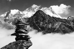 Ansicht von Everest mit Steinmann oder Steinpyramide stockfotos