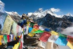 Ansicht von Everest von gokyo ri mit Gebetsflaggen Stockfoto