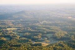 Ansicht von Feldern und von Häusern in einem Tal vom Piloten Mountain State lizenzfreies stockfoto