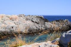 Ansicht von Felsen im Meer lizenzfreie stockbilder
