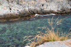 Ansicht von Felsen im Meer lizenzfreie stockfotografie