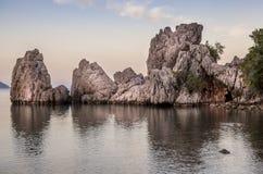 Ansicht von Felsen mit Reflexion im Wasser Stockfotografie
