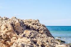Ansicht von Felsen und von Meer Lizenzfreie Stockfotos