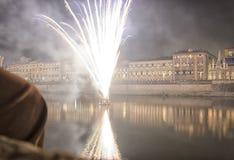 Ansicht von Feuerwerken über dem Arno Lizenzfreie Stockfotografie
