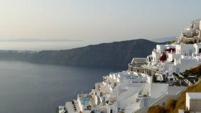 Ansicht von Fira in Santorini, Griechenland mit den lokalen Gebäuden, die unten auf das Meer abfallen lizenzfreie stockfotografie