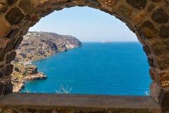 Ansicht von Fira-Stadt - Santorini-Insel, Kreta, Griechenland. Weiße konkrete Treppenhäuser, die unten zu schöne Bucht führen Lizenzfreie Stockbilder