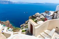 Ansicht von Fira-Stadt - Santorini-Insel, Kreta, Griechenland. Weiße konkrete Treppenhäuser, die unten zu schöne Bucht führen Stockfotografie