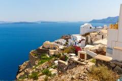 Ansicht von Fira-Stadt - Santorini-Insel, Kreta, Griechenland. Weiße konkrete Treppenhäuser, die unten zu schöne Bucht führen Lizenzfreie Stockfotografie