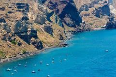Ansicht von Fira-Stadt - Santorini-Insel, Kreta, Griechenland. Weiße konkrete Treppenhäuser, die unten zu schöne Bucht führen Stockbilder