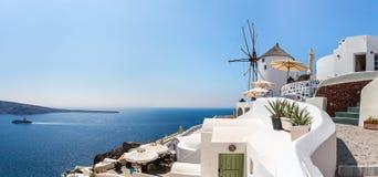 Ansicht von Fira-Stadt - Santorini-Insel, Kreta, Griechenland. Weiße konkrete Treppenhäuser, die unten zu schöne Bucht führen Stockfotos