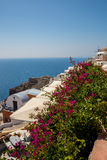Ansicht von Fira-Stadt - Santorini-Insel, Kreta, Griechenland Weiße konkrete Treppenhäuser, die unten zu schöne Bucht mit klarem  Lizenzfreies Stockbild