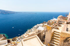 Ansicht von Fira-Stadt - Santorini-Insel, Kreta, Griechenland. Weiße konkrete Treppenhäuser, die unten zu schöne Bucht führen Lizenzfreies Stockfoto