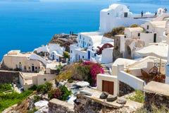 Ansicht von Fira-Stadt - Santorini-Insel, Kreta, Griechenland. Weiße konkrete Treppenhäuser, die unten zu schöne Bucht führen Stockbild