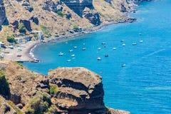 Ansicht von Fira-Stadt - Santorini-Insel, Kreta, Griechenland. Weiße konkrete Treppenhäuser, die unten zu schöne Bucht führen Stockfoto