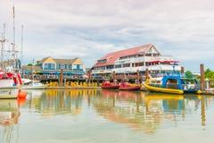 Ansicht von Fischer ` s Kai von Docks, von Restaurants und von Touristen, die sich vorbereiten, auf aufpassenden Ausflug des Wals Lizenzfreies Stockbild