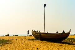 Ansicht von Fischerbooten auf schönem Seeufer bei Sonnenaufgang oder Sonnenuntergang stockfoto