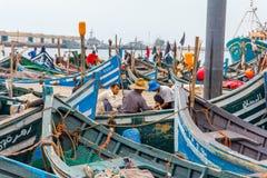Ansicht von Fischerei von blauen Booten in Marokko-Hafen Agadir lizenzfreies stockfoto
