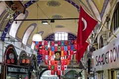 Ansicht von Flaggen im großartigen Basar in Istanbul Lizenzfreie Stockfotos