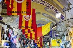 Ansicht von Flaggen im großartigen Basar in Istanbul Lizenzfreie Stockfotografie