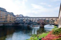 Ansicht von Florenz durch den Arno mit ponte vecchio Stockfotos