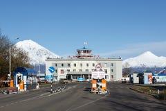 Ansicht von Flughafen Petropawlowsks Kamchatsky auf Hintergrundvulkan Lizenzfreie Stockbilder