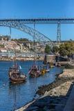 Ansicht von Fluss Duero, mit Touristen, Rabelo-Boote auf Docks, Transport für Porto-Wein, D Luis-Brücke und Porto-Stadt als Hinte stockfoto