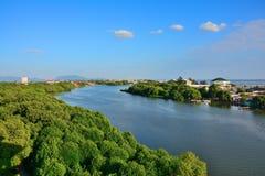 Ansicht von Fluss, Wald, Stadt, Meer, hat Hintergrund des blauen Himmels Stockfoto