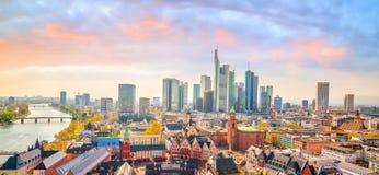 Ansicht von Frankfurt-Stadtskylinen in Deutschland lizenzfreie stockfotos