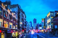 Ansicht von Fußgängern und von Verkehr entlang Canal Street im Lower Manhattan an der Dämmerung lizenzfreie stockfotos
