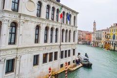 Ansicht von Gebäude Fondamenta de la Preson Prison am regnerischen Tag auf Grand Canal, Venedig, Italien stockfoto