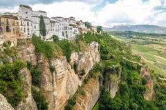 Ansicht von Gebäuden über Klippe in Ronda, Spanien Stockfotografie