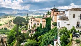 Ansicht von Gebäuden über Klippe in Ronda, Spanien Lizenzfreie Stockfotografie
